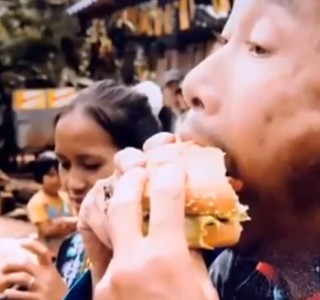 People-eating-Burger-for-the-1st-time-in-their-Lives